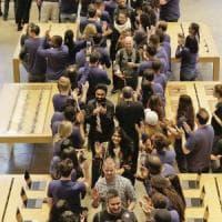 """iPhone X, è boom nel mondo: code ai negozi. Cook: """"Record di preordini"""""""