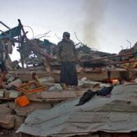 Yemen, attentati suicidi contro la polizia: almeno otto morti. Elicottero saudita cade al confine: muore principe