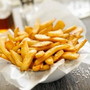 Nelle patatine fritte c'è una sostanza tossica: come proteggersi dall'acrilammide