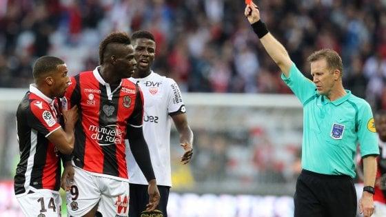 St. Etienne-Lione, Fekir provoca i tifosi: invasione di campo e caos