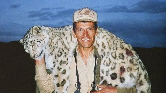 In posa con il trofeo: scatta la petizione contro il cacciatore che uccise il leopardo delle nevi