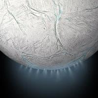 I misteri di Encelado, tra geyser spaziali e oceani sotterranei