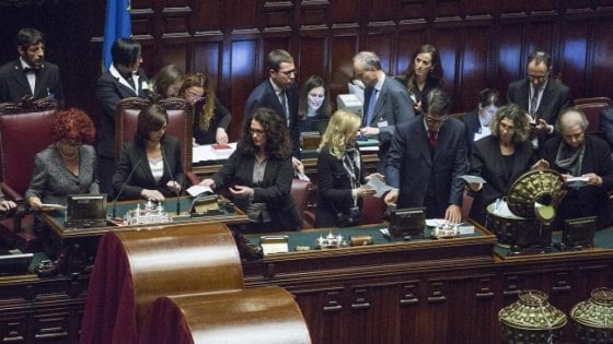 Il potere politico non è rosa: più donne al vertice ma il comando non è loro