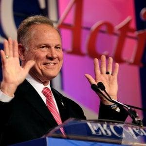 """""""Molestò una quattordicenne"""": sotto accusa Roy Moore, l'ultra conservatore sostenuto da Bannon in corsa per il Senato"""