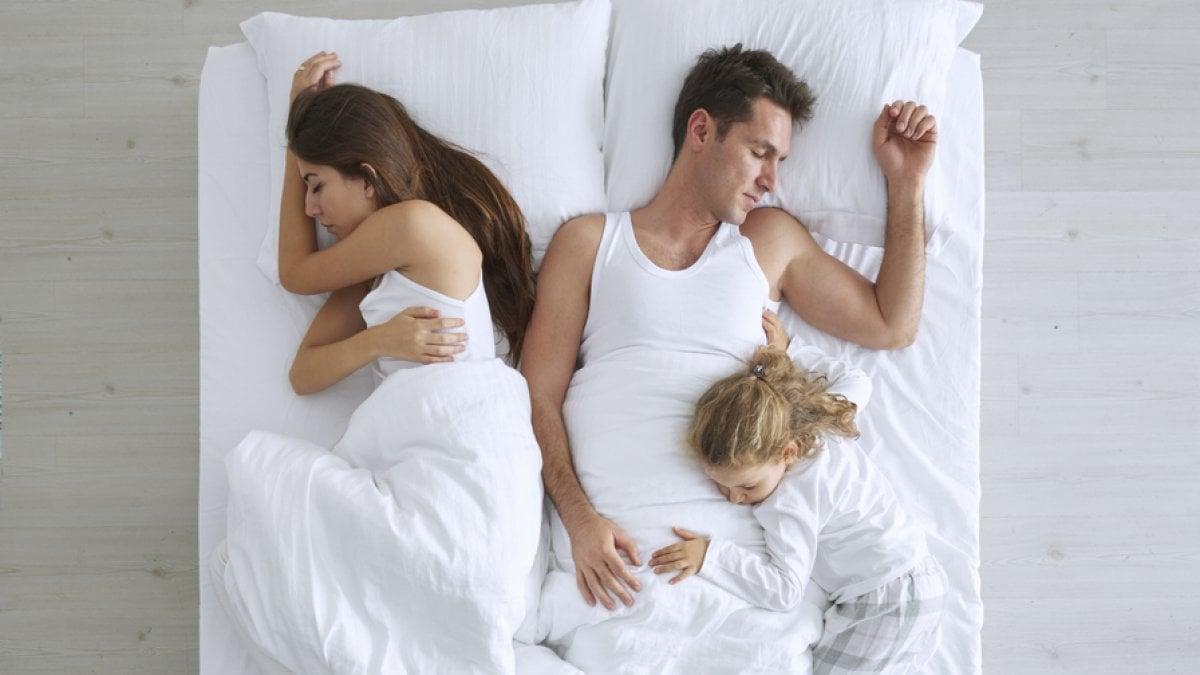 Far dormire il bimbo nel lettone il rischio che diventi dipendenza - Problemi di coppia a letto ...