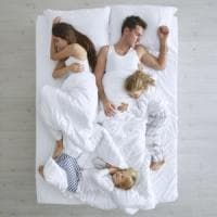 Far dormire il bimbo nel lettone, il rischio è che diventi dipendenza