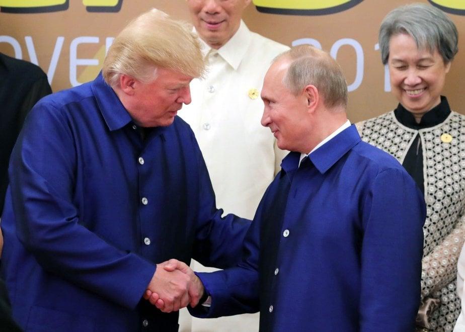 Un sorriso e camicia vietnamita: la stretta di mano tra Trump e Putin