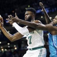 Basket, Nba: Boston vola, un buon Belinelli non basta ad Atlanta contro Detroit