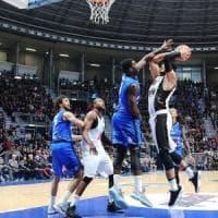 Basket, serie A: Brescia vince in extremis e si tiene la vetta. Bene Torino e Avellino