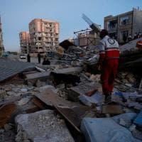 Terremoto Iraq-Iran: le ricerche dei superstiti tra le macerie delle case crollate