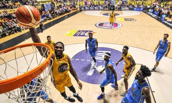Basket, serie A: Brescia vince anche a Bologna e si tiene la vetta. Bene Torino e Avellino