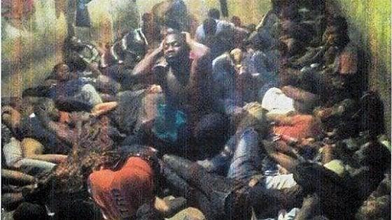 Nel ghetto libico dei trafficanti di uomini: la foto dell'orrore. E' caccia al feroce generale Alì