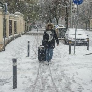 Meteo, forti venti e prime nevicate: il maltempo colpisce l'Italia