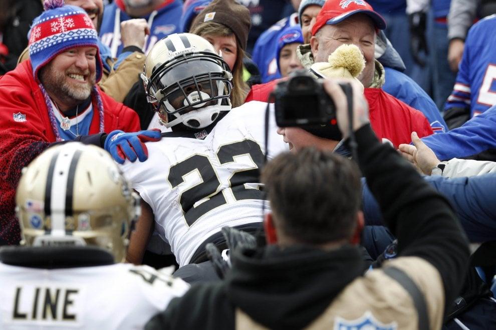 Nfl, Ingram esulta coi tifosi avversari e il touchdown è una festa per tutti