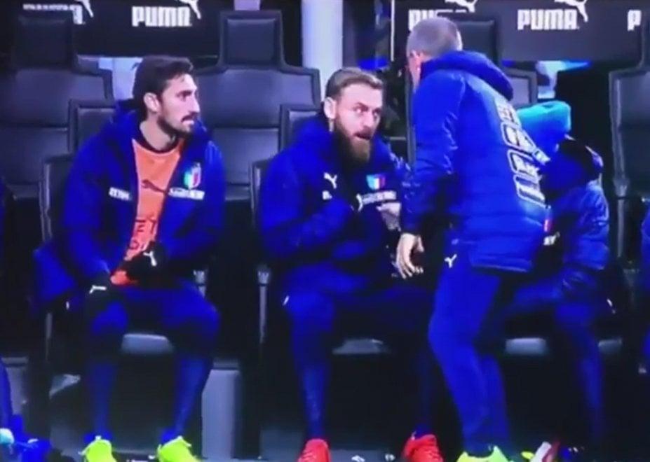 """Italia eliminata, De Rossi litiga in panchina: """"Entro io? Dovemo vince, non pareggià"""""""