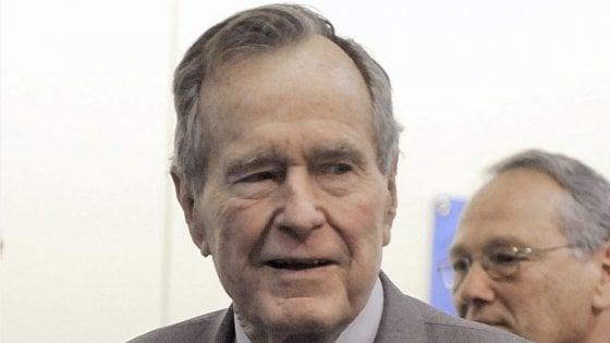 """Molestie, nuove accuse a Bush senior: """"Mi palpeggiò a 16 anni"""""""