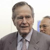 Molestie, nuove accuse a Bush senior:
