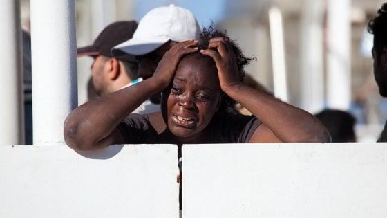 """Migranti, Onu: """"disumana"""" collaborazione Ue-Libia. Cnn: in video la """"tratta"""" degli schiavi"""