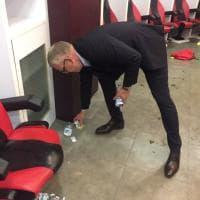 Italia-Svezia, dopo l'impresa il tecnico svedese Andersson pulisce lo spogliatoio a San Siro