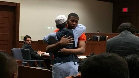 """Stati Uniti, padre abbraccia in tribunale l'assassino del figlio: """"Ti perdono, l'Islam è religione di pace"""""""