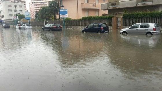 Maltempo, pioggia e vento al Centro Sud. Codice rosso in Abruzzo: allagamenti e scuole chiuse