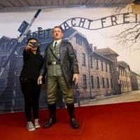 Indonesia, un selfie con Hitler: la statua del dittatore esposta in un museo. Rimossa dopo le polemiche