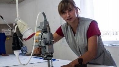 Abiti puliti, quando la schiavitù  è Made in Europe: abbigliamento e scarpe  sulla pelle dei lavoratori dell'Est