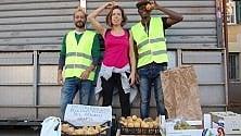 Cibo, si regalano frutta  e verdure mature:  il progetto antispreco  al mercato dell'Alberone   di MARINA COLLACI