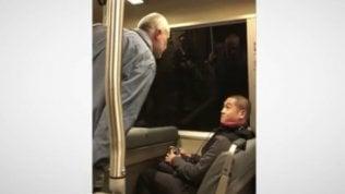 Insulti razzisti nel metro': la calma della vittima è esemplare