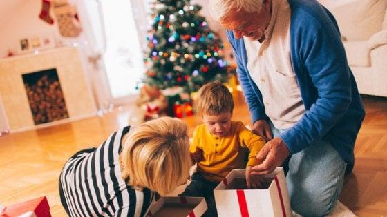 Troppi dolci e regali, la Scienza boccia i nonni che viziano i nipoti