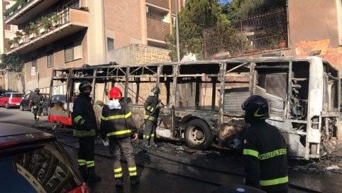 Ancora un bus in fiamme in servizio:paura in via Aurelia, passeggeri illesi foto