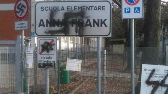 Pesaro, svastica su cartello della scuola dedicata ad Anna Frank