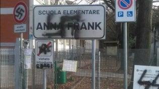 """Svastica sulla scuola Anna Frank. Renzi: """"Combattiamo lo schifo"""""""