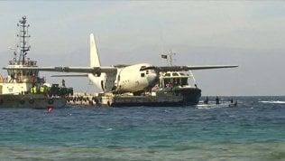 L'aereo militare si inabissa, ma è una trovata per attirare i turisti