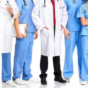 Pagati con pizza, birra e lezioni di sci al posto dello stipendio: la protesta dei giovani medici