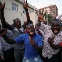 Zimbabwe, si è dimesso il presidente Robert Mugabe: la festa fuori e dentro il parlamento