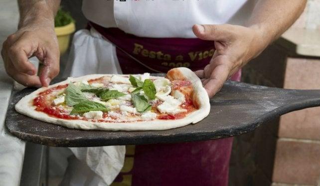 E la Michelin applaude alla pizza napoletana: niente stella (ancora) ma tanti riconoscimenti