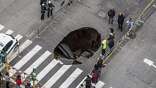 Enorme voragine in strada:una buca ampia almeno 5 metri