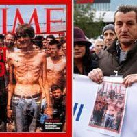Processo Mladic, l'ex prigioniero davanti al tribunale: la foto simbolo che scosse il mondo