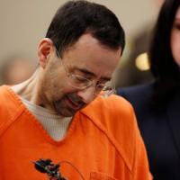 L'ex medico sportivo delle ginnaste olimpioniche Usa si dichiara colpevole di abusi...