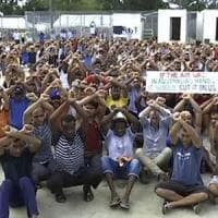 """Papua Nuova Guinea, violento raid della polizia nel """"carcere"""" per rifugiati dell'isola di..."""