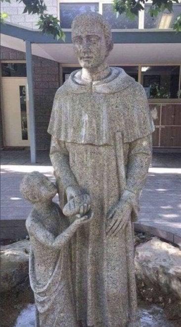 Australia, proteste nella scuola cattolica per la statua del santo: la coprono perché equivoca