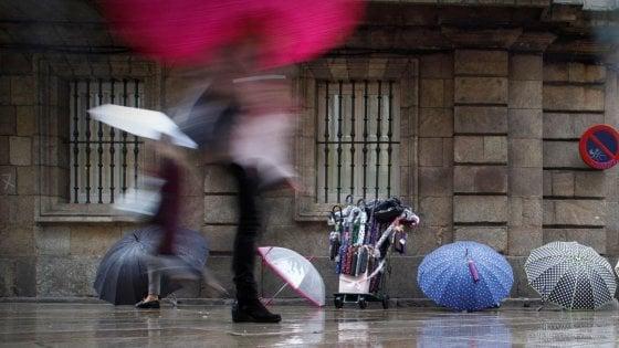 Meteo, weekend di pioggia e neve: arriva l'inverno