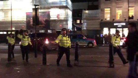 """Londra, panico a Oxford Circus nel giorno del Black Friday. Poi l'annuncio della polizia: """"Falso allarme"""""""