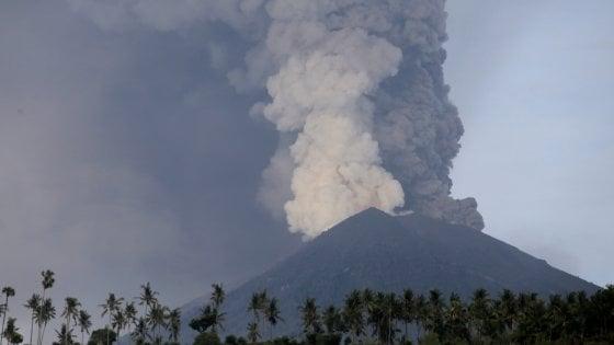 Dal mondo/Indonesia: a Bali erutta il vulcano Agung, decine di voli cancellati