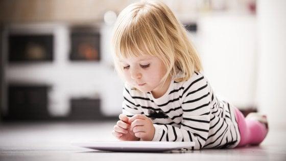 Bambini, manuale per un uso consapevole di smartphone e tablet
