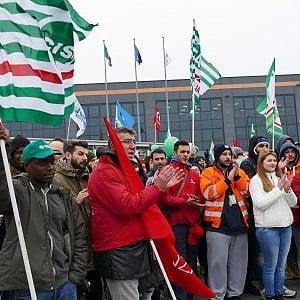 Amazon Italia rompe con i sindacati ma Bezos vola in Borsa e vale 100 mld