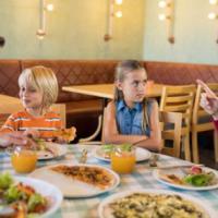 Bambini rumorosi al ristorante: l'oste protesta e la serata finisce in rissa