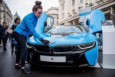 Elettriche ed ibride: l'industria dell'auto è a un punto di svolta