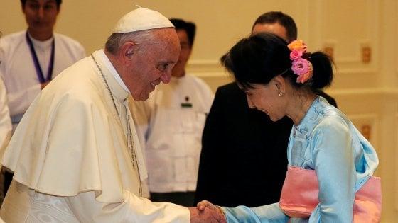 """Papa Francesco in Myanmar, l'incontro con San Suu Kyi e il discorso: """"Pace possibile solo col rispetto dei diritti di tutti"""""""